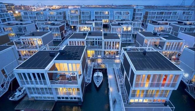 Chiêm ngưỡng cả trăm ngôi nhà được xây nổi trên mặt nước: Quần thể kiến trúc đáng tự hào của Amsterdam - Ảnh 2.