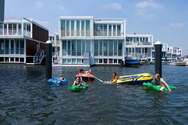 Chiêm ngưỡng cả trăm ngôi nhà được xây nổi trên mặt nước: Quần thể kiến trúc đáng tự hào của Amsterdam - Ảnh 8.