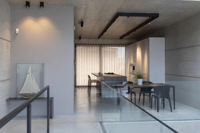 Ngắm kiến trúc nhà phố độc đáo với không gian hiện đại, có phòng tập thể dục, chiếu phim và hồ bơi trong suốt trên nóc nhà - Ảnh 9.