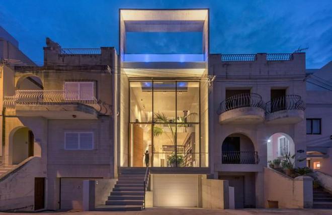 Ngắm kiến trúc nhà phố độc đáo với không gian hiện đại, có phòng tập thể dục, chiếu phim và hồ bơi trong suốt trên nóc nhà - Ảnh 1.