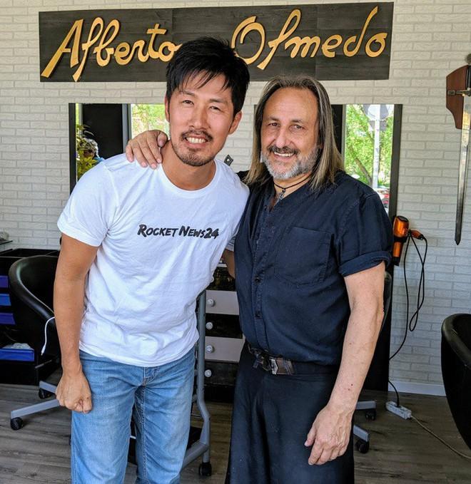 Cắt tóc bằng kéo xưa rồi, cắt tóc bằng kiếm Nhật như bác thợ này mới là chất - Ảnh 2.