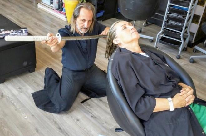 Cắt tóc bằng kéo xưa rồi, cắt tóc bằng kiếm Nhật như bác thợ này mới là chất - Ảnh 1.