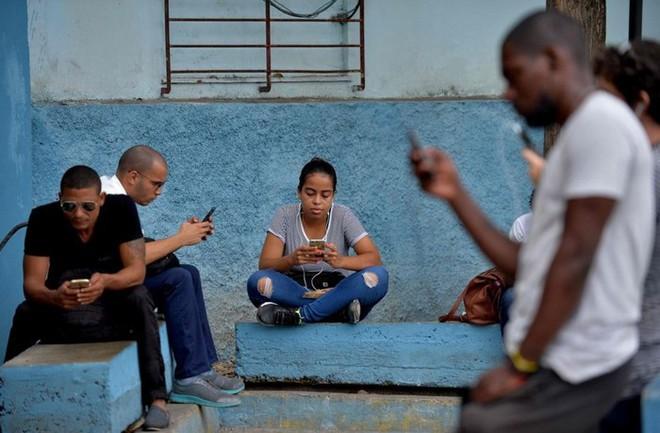 Cuba sắp hợp pháp hóa hoạt động lắp đặt Wi-Fi cho người dân và nhập khẩu thêm router để mở rộng Internet công cộng - Ảnh 1.