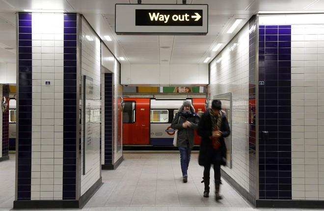 Thanh niên đi rút tiền từ ví bitcoin, cây ATM nhả tiền như lá rụng giữa con phố đông người tại London, Anh - Ảnh 3.