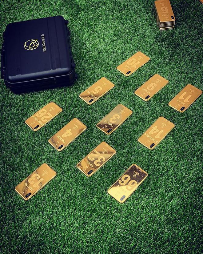 Vô địch C1, 27 cầu thủ Liverpool cùng HLV Jurgen Klopp được tặng mỗi người 1 chiếc iPhone X mạ vàng 24K - Ảnh 2.