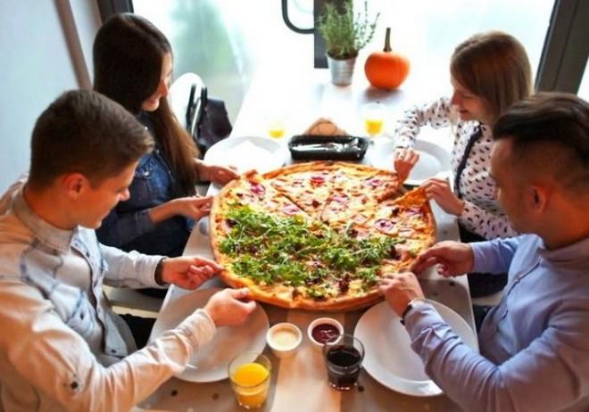 Một cửa hàng sẵn sàng miễn phí pizza cỡ lớn cho thực khách nếu họ tránh xa smartphone trong lúc ăn - Ảnh 1.