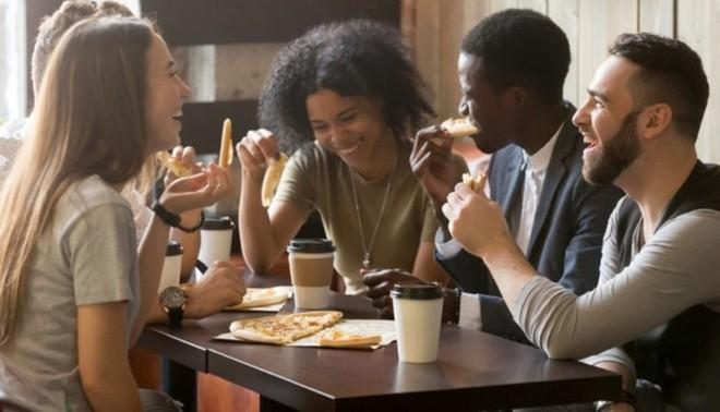 Một cửa hàng sẵn sàng miễn phí pizza cỡ lớn cho thực khách nếu họ tránh xa smartphone trong lúc ăn - Ảnh 2.