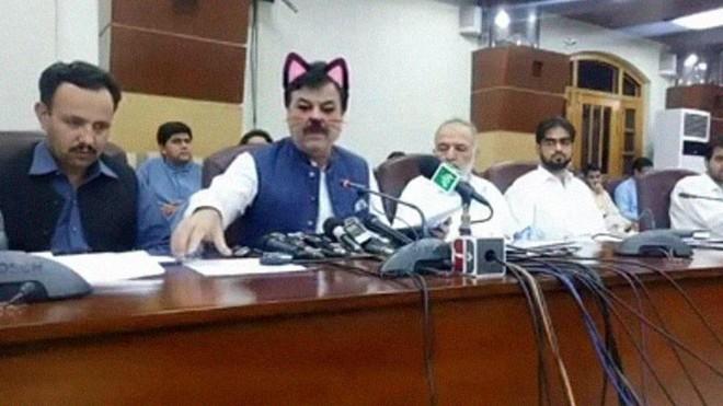 Pakistan: Live-stream họp báo chính phủ nhưng quên tắt filter mèo hồng cute - Ảnh 2.
