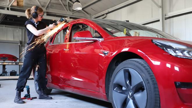 YouTuber thừa tiền cưa đôi Tesla Model 3 thành xe bán tải - Ảnh 2.