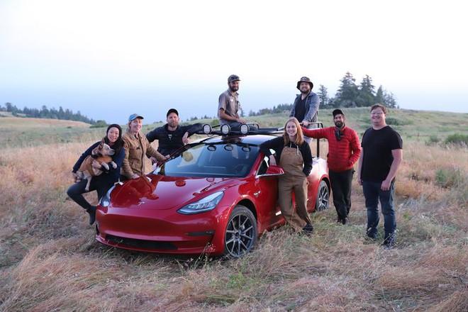 YouTuber thừa tiền cưa đôi Tesla Model 3 thành xe bán tải - Ảnh 1.