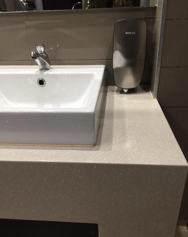 Thiết kế siêu thảm họa của 11 WC này khiến bạn tự nhủ thà nhịn còn hơn - Ảnh 5.
