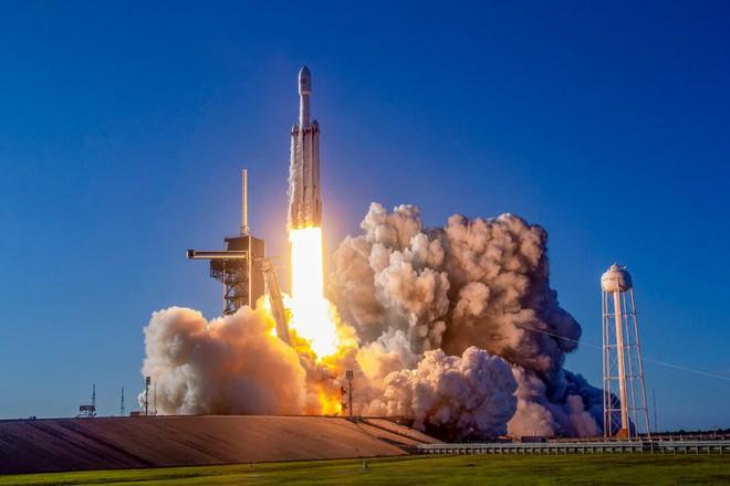 Tỷ phú Elon Musk sẽ thực hiện thử nghiệm phóng tên lửa Falcon Heavy khó nhất từ trước đến nay, phát sóng trực tiếp trên YouTube - Ảnh 1.