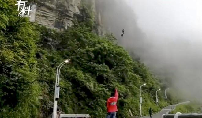 Đẳng cấp shipper: Nhảy bungee 300m từ vách núi để giao 200 suất ăn thay vì lái xe 30 phút - Ảnh 2.