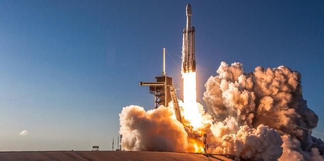 SpaceX phóng thành công tên lửa Falcon Heavy thứ 3, nhưng vẫn thất bại khi thu hồi lõi trung tâm - Ảnh 1.