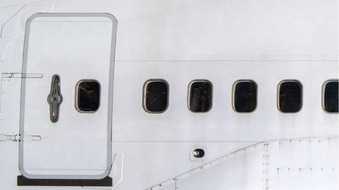 Đây là những gì thực sự sẽ xảy ra nếu bạn mở cửa máy bay khi đang ở giữa bầu trời - Ảnh 3.