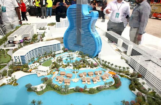 Ngắm nhìn khách sạn hình cây đàn guitar độc đáo sẽ khai trương vào mùa thu này tại Mỹ - Ảnh 1.