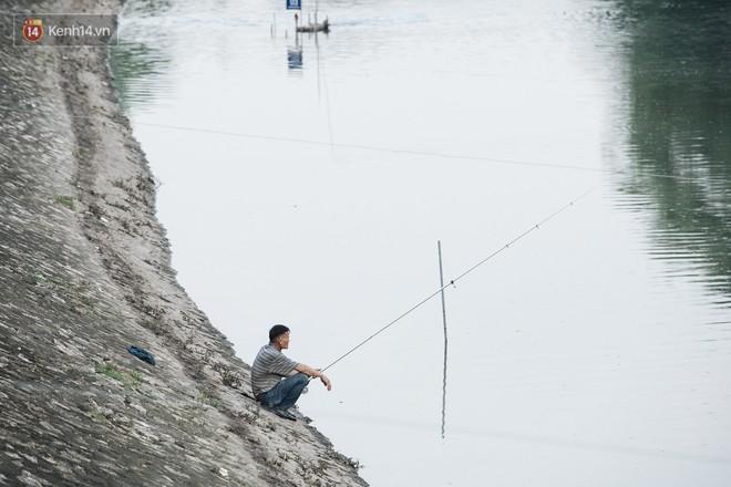 Sông Tô Lịch đổi màu sau khi làm sạch bằng công nghệ Nhật Bản: Hoa lau xanh mướt, người dân thư thả câu cá - Ảnh 10.