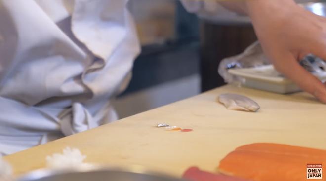 Sushi tí hon của đầu bếp Nhật: Tỷ lệ 1:300, dùng nguyên hạt cơm thì to quá phải chẻ làm 3 mới vừa - Ảnh 2.