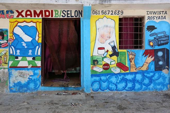 Tỷ lệ mù chữ quá cao, biển quảng cáo ở Somali chủ yếu là hình vẽ không cần đọc nhìn là hiểu - Ảnh 1.