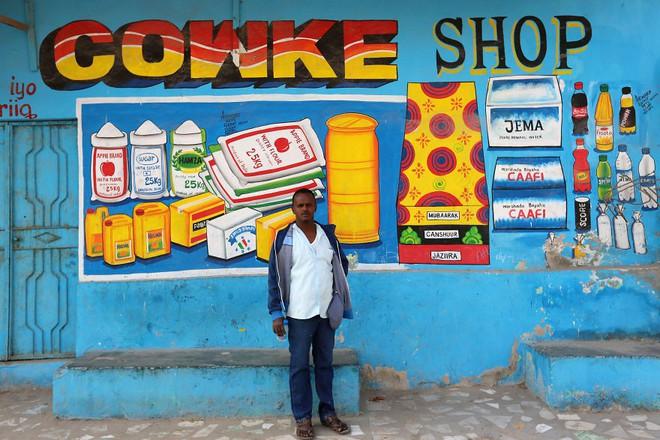 Tỷ lệ mù chữ quá cao, biển quảng cáo ở Somali chủ yếu là hình vẽ không cần đọc nhìn là hiểu - Ảnh 5.