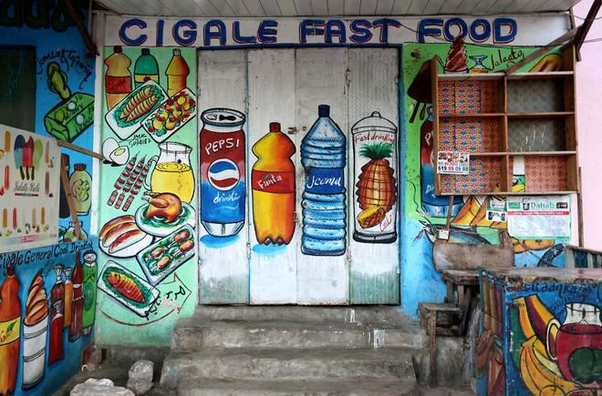 Tỷ lệ mù chữ quá cao, biển quảng cáo ở Somali chủ yếu là hình vẽ không cần đọc nhìn là hiểu - Ảnh 7.