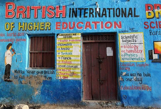 Tỷ lệ mù chữ quá cao, biển quảng cáo ở Somali chủ yếu là hình vẽ không cần đọc nhìn là hiểu - Ảnh 10.