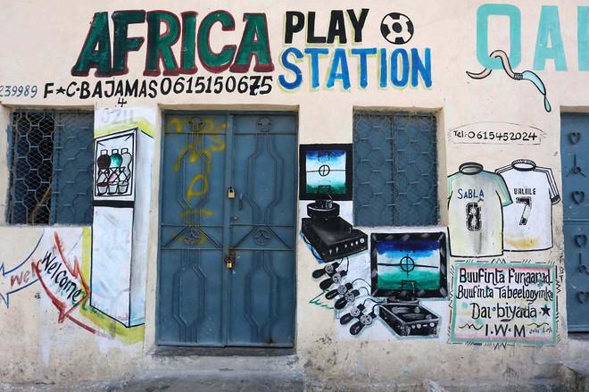Tỷ lệ mù chữ quá cao, biển quảng cáo ở Somali chủ yếu là hình vẽ không cần đọc nhìn là hiểu - Ảnh 14.