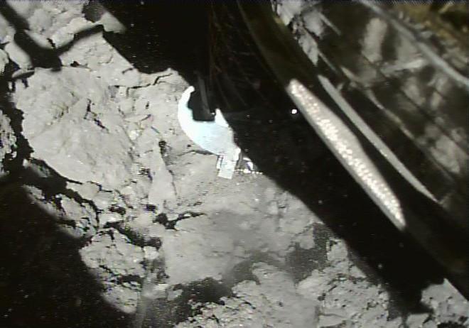 Lần thứ hai tàu thăm dò Nhật Bản đáp được một tiểu hành tinh, gửi về Trái Đất những thước phim quý giá - Ảnh 2.