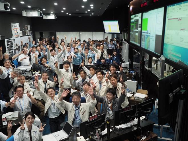 Lần thứ hai tàu thăm dò Nhật Bản đáp được một tiểu hành tinh, gửi về Trái Đất những thước phim quý giá - Ảnh 4.