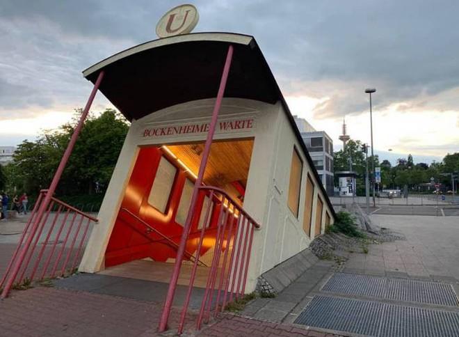Ngắm công trình lối vào ga tàu điện ngầm độc đáo tại Đức, trông bên ngoài như thể tàu điện lao xuống lòng đất - Ảnh 6.
