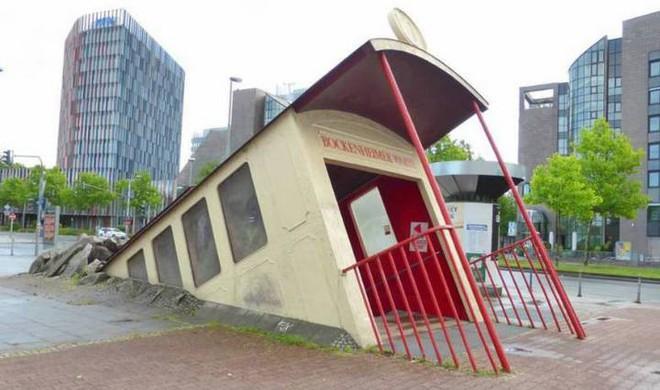Ngắm công trình lối vào ga tàu điện ngầm độc đáo tại Đức, trông bên ngoài như thể tàu điện lao xuống lòng đất - Ảnh 4.