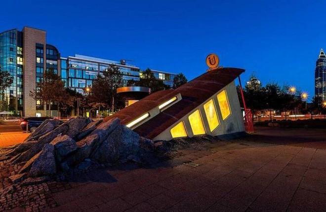 Ngắm công trình lối vào ga tàu điện ngầm độc đáo tại Đức, trông bên ngoài như thể tàu điện lao xuống lòng đất - Ảnh 7.