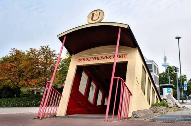 Ngắm công trình lối vào ga tàu điện ngầm độc đáo tại Đức, trông bên ngoài như thể tàu điện lao xuống lòng đất - Ảnh 3.