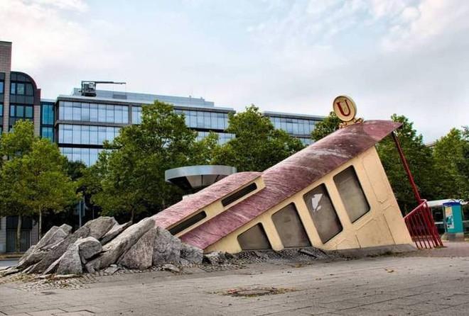 Ngắm công trình lối vào ga tàu điện ngầm độc đáo tại Đức, trông bên ngoài như thể tàu điện lao xuống lòng đất - Ảnh 5.
