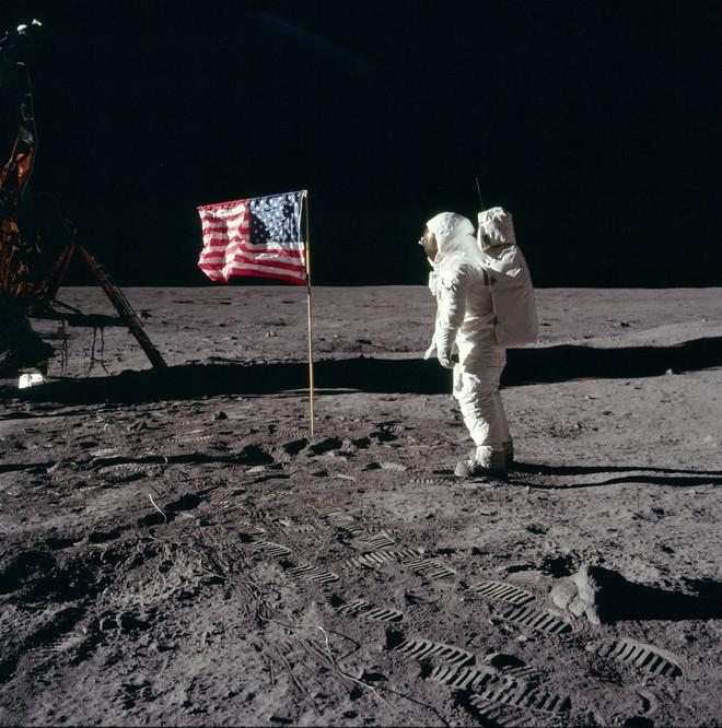 Tại sao ngày xưa chưa có Internet để tìm thông tin mà người ta vẫn tin việc người Mỹ đặt chân lên Mặt Trăng là giả? - Ảnh 1.