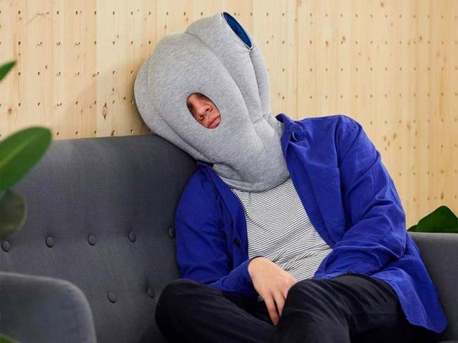 Cần gì một bờ vai dựa dẫm, chiếc gối có vẻ ngoài quái lạ này sẽ cho phép bạn đặt đầu ngủ tại bất kỳ đâu - Ảnh 1.