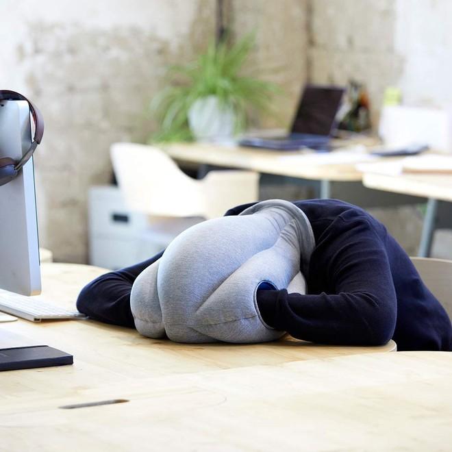 Cần gì một bờ vai dựa dẫm, chiếc gối có vẻ ngoài quái lạ này sẽ cho phép bạn đặt đầu ngủ tại bất kỳ đâu - Ảnh 6.