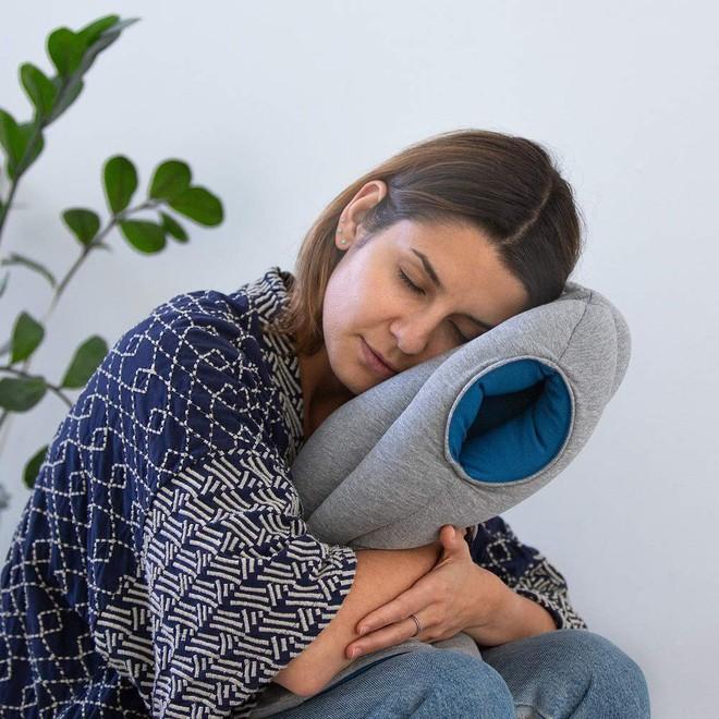 Cần gì một bờ vai dựa dẫm, chiếc gối có vẻ ngoài quái lạ này sẽ cho phép bạn đặt đầu ngủ tại bất kỳ đâu - Ảnh 7.