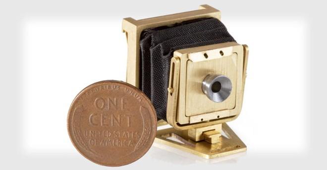 Đây là chiếc máy ảnh gấp hoạt động được nhỏ nhất Thế giới, không lớn hơn một đồng xu mấy - Ảnh 1.