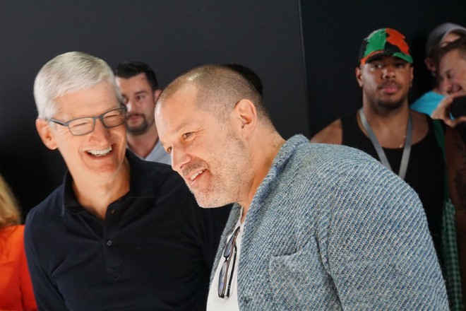 CEO Tim Cook: Thông tin Jony Ive rời Apple vì mâu thuẫn chiến lược là nhảm nhí - Ảnh 1.
