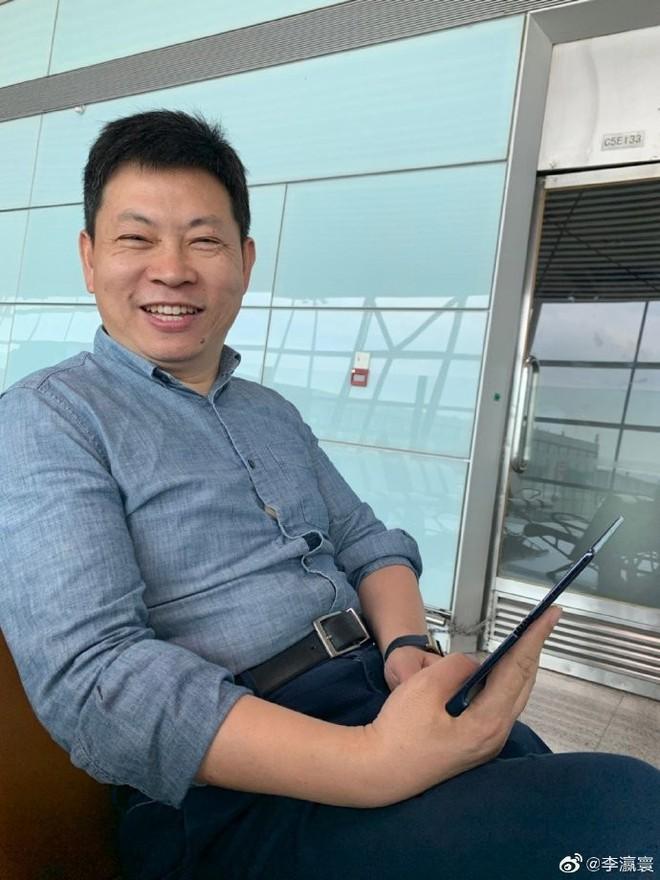 Bắt gặp CEO của Huawei đang dùng điện thoại màn gập Mate X, thiết kế máy đã có vài điểm khác biệt! - Ảnh 1.