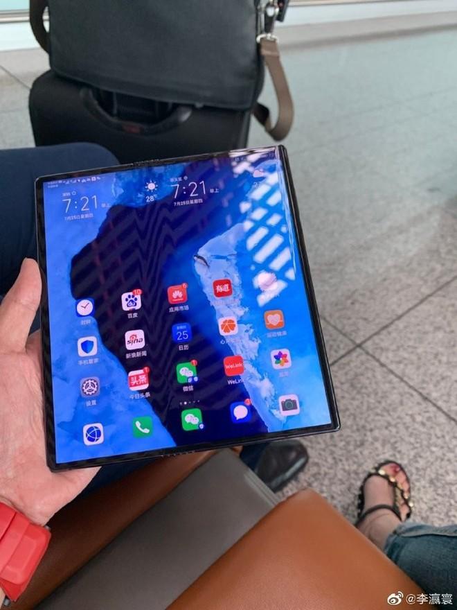 Bắt gặp CEO của Huawei đang dùng điện thoại màn gập Mate X, thiết kế máy đã có vài điểm khác biệt! - Ảnh 4.