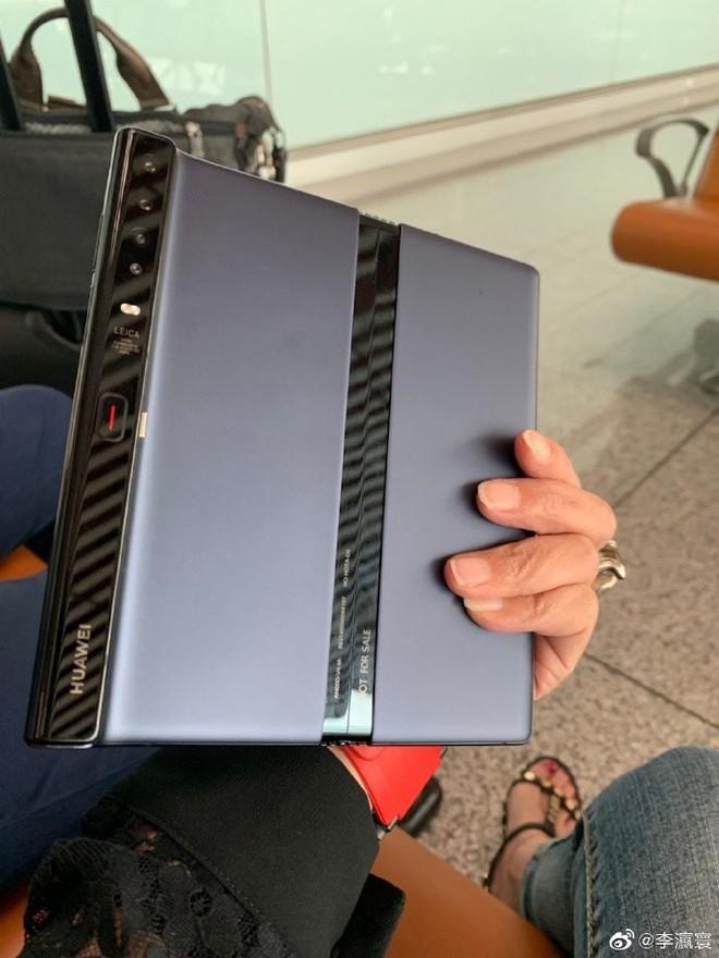 Bắt gặp CEO của Huawei đang dùng điện thoại màn gập Mate X, thiết kế máy đã có vài điểm khác biệt! - Ảnh 2.