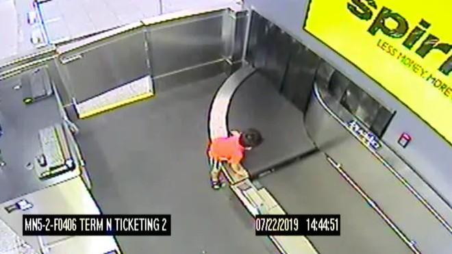 Cưỡi trên băng chuyền hành lý để du hý sân bay, bé trai 2 tuổi nhận cái kết nhớ đời - Ảnh 1.