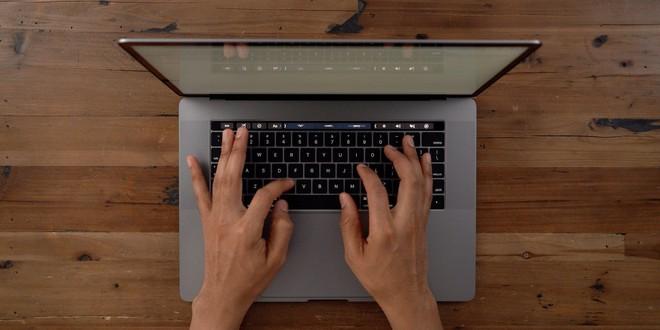 Tin đồn: bàn phím cánh bướm đầy tai tiếng của Apple sắp bị loại bỏ trên các MacBook mới - Ảnh 1.