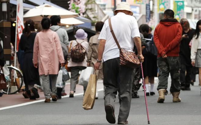 Người già dễ gây ra tai nạn, hãng bán lẻ Nhật Bản giao hàng miễn phí nếu các cụ tự nguyện hủy bằng lái xe của mình - Ảnh 1.