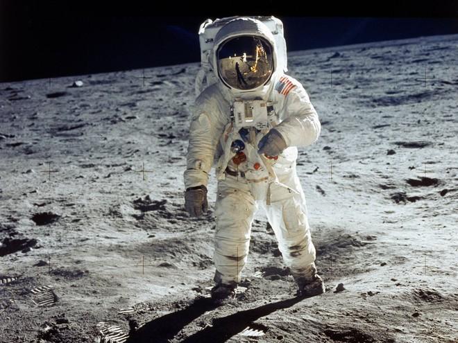 Tàu Apollo 11 lên Mặt Trăng không có toilet, các phi hành gia giải quyết nỗi buồn bằng cách nào? - Ảnh 3.