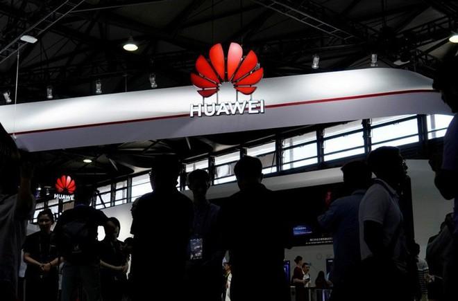 Mỹ trì hoãn cấp phép bán hàng trở lại cho Huawei sau khi Trung Quốc có động thái hoãn mua nông sản Mỹ - Ảnh 1.