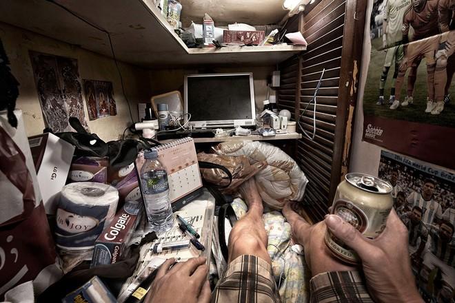 Bộ ảnh hiếm về những căn hộ siêu nhỏ ở Hong Kong, được ví như những cỗ quan tài - Ảnh 10.