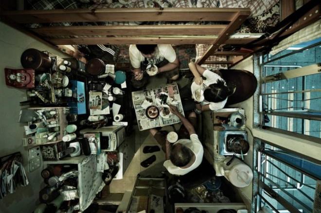 Bộ ảnh hiếm về những căn hộ siêu nhỏ ở Hong Kong, được ví như những cỗ quan tài - Ảnh 5.